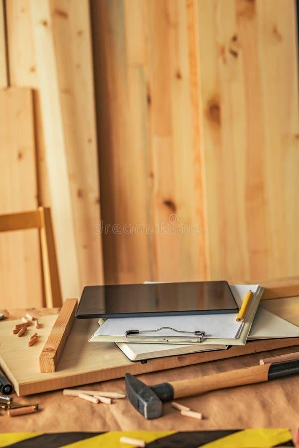 Εργασιακός χώρος ξυλουργικής ξυλουργικής με τον ψηφιακό υπολογιστή τ στοκ φωτογραφίες