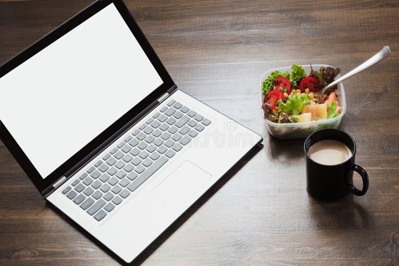 Εργασιακός χώρος, υγιές επιχειρησιακό μεσημεριανό γεύμα, σαλάτα στον ξύλινο πίνακα Τοπ άποψη, διάστημα αντιγράφων Απώλεια βάρους  στοκ εικόνες με δικαίωμα ελεύθερης χρήσης