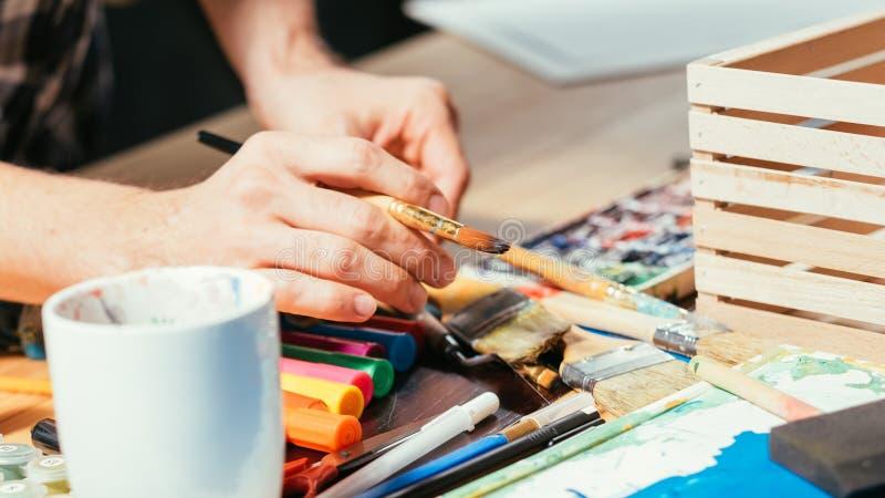 Εργασιακός χώρος χεριών δεικτών πινέλων εργαλείων καλλιτεχνών στοκ εικόνες