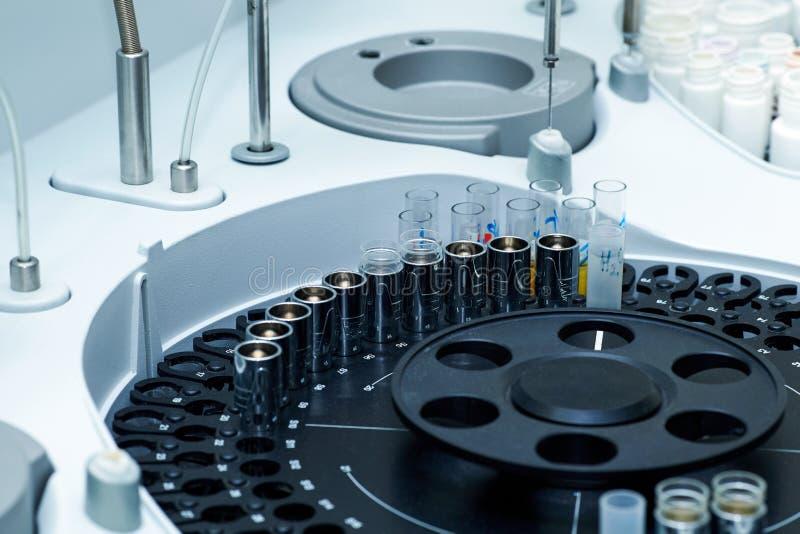 Εργαστήρια νοσοκομείων, αυτόματη βιοχημική συσκευή ανάλυσης στοκ φωτογραφίες με δικαίωμα ελεύθερης χρήσης