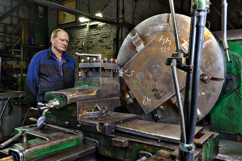 Εργαστήριο εργαλειομηχανών στους μεταλλουργικούς ελέγχους χειριστών εργοστασίων στοκ εικόνες με δικαίωμα ελεύθερης χρήσης