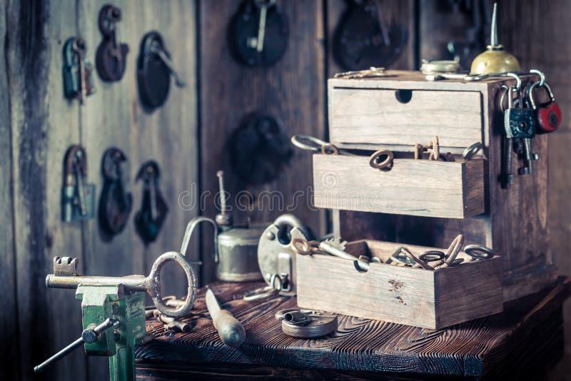 Εργαστήριο κλειδαράδων με τα εργαλεία, τα κλειδιά και τις κλειδαριές στοκ φωτογραφίες με δικαίωμα ελεύθερης χρήσης