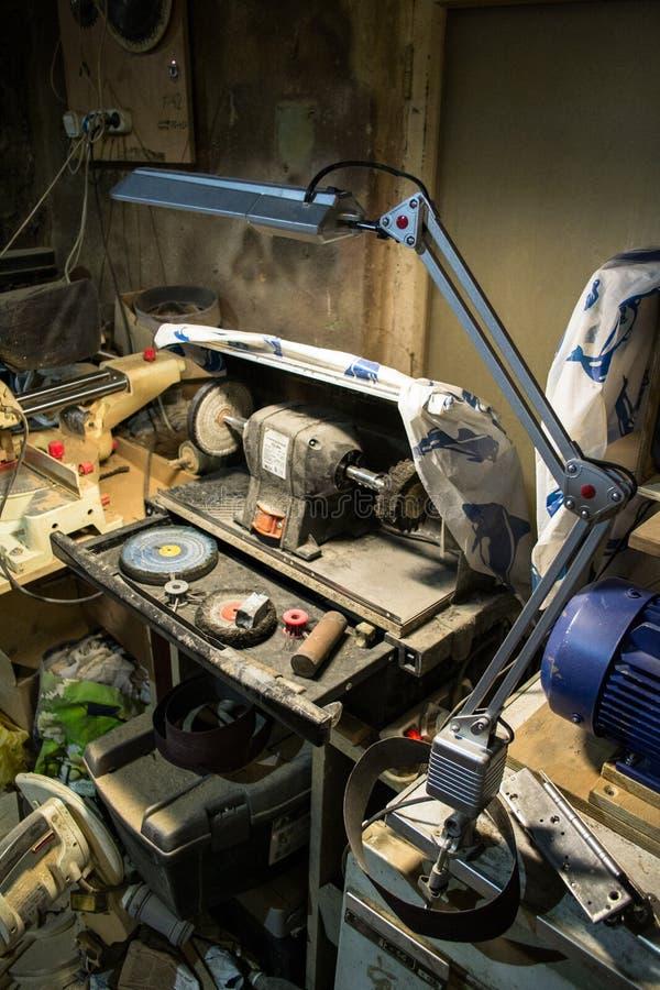 Εργαστήριο ξυλουργικής στα μέσα της ημέρας εργασίας στοκ εικόνα με δικαίωμα ελεύθερης χρήσης