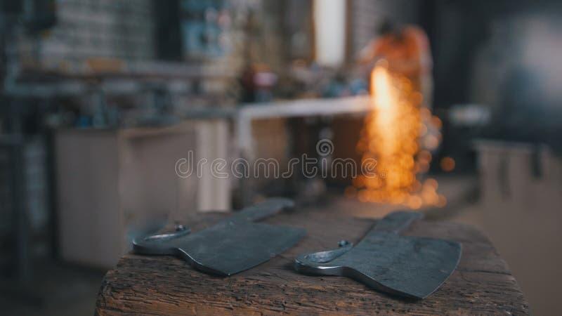 Εργαστήριο σιδηρουργών - αλέθοντας σίδηρος knifes με τα σπινθηρίσματα στοκ φωτογραφίες με δικαίωμα ελεύθερης χρήσης