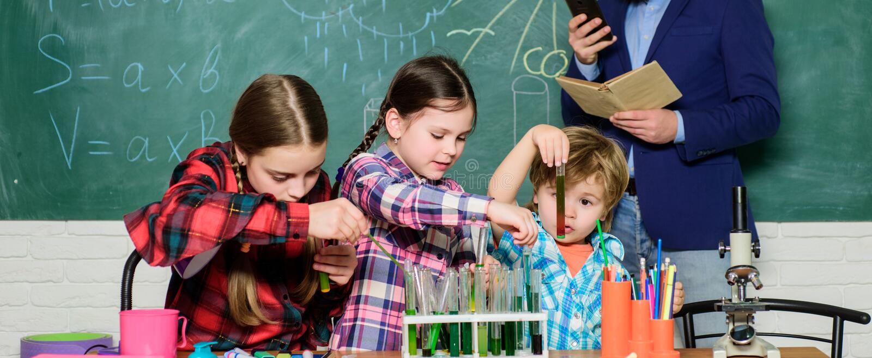 Εργαστήριο χημείας o ευτυχής δάσκαλος παιδιών παιδιά στη χημεία εκμάθησης παλτών εργαστηρίων στο σχολικό εργαστήριο παραγωγή στοκ εικόνες