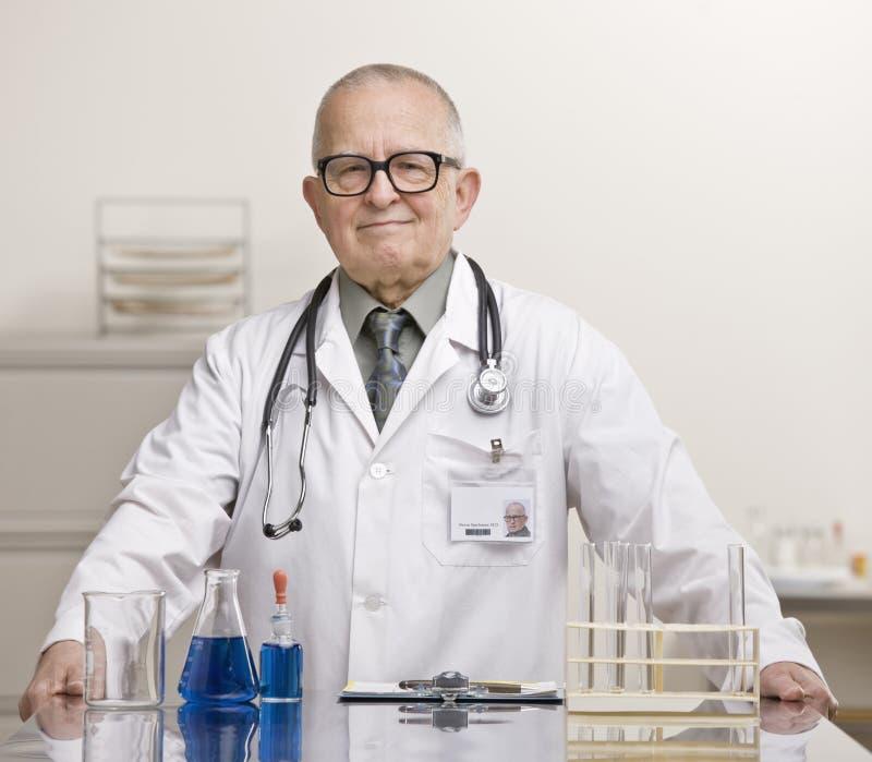 εργαστηριακά φιαλίδια γιατρών κουπών στοκ εικόνες με δικαίωμα ελεύθερης χρήσης