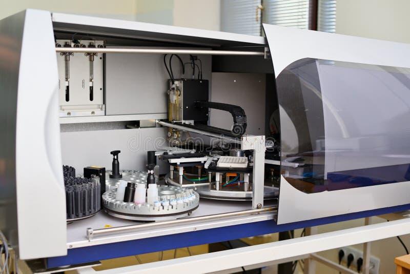 Εργαστηριακό immunoassay συσκευή ανάλυσης Διάγνωση των μολυσματικών ασθενειών και αλλεργικές αντιδράσεις Προγενέθλια διαλογή Ανάλ στοκ φωτογραφία με δικαίωμα ελεύθερης χρήσης