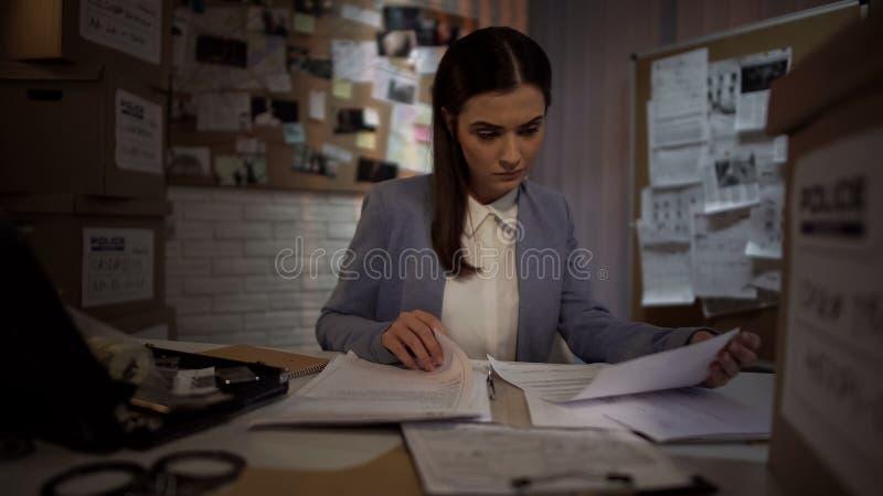 Εργατικός θηλυκός ανακριτής που προσπαθεί να βρεί την ένδειξη στη λύση ληστείας, νόμος στοκ φωτογραφία με δικαίωμα ελεύθερης χρήσης