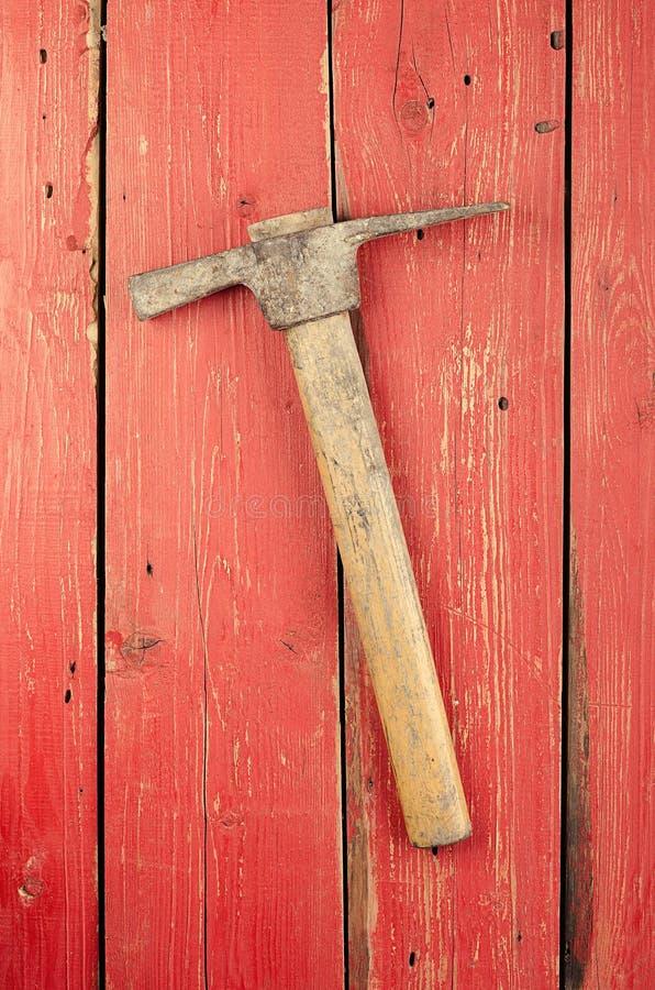 Εργαλεία Αξίνα στο ξύλινο υπόβαθρο έτοιμος να εργαστεί στοκ φωτογραφία