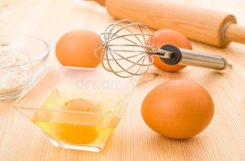 Εργαλεία αλευριού και κουζινών αυγών στοκ φωτογραφία με δικαίωμα ελεύθερης χρήσης