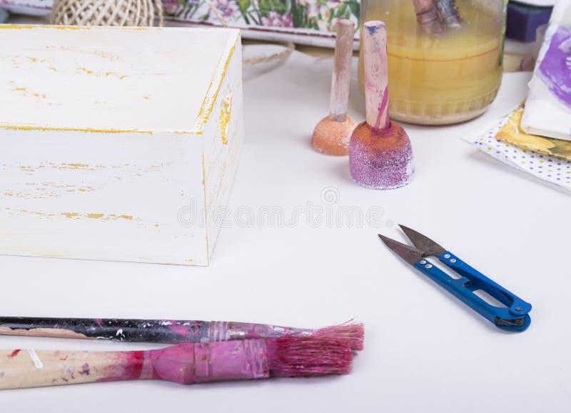 Εργαλεία για το decoupage στο λειτουργώντας πίνακα όπως τις βούρτσες και το sandpa στοκ εικόνες