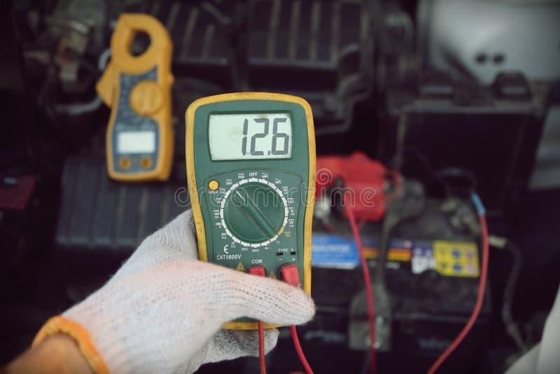 Εργαλεία επισκευής αυτοκινήτων εκμετάλλευσης χεριών στοκ φωτογραφίες