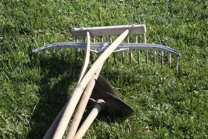 Εργαλεία κήπων στο ξύλο στοκ φωτογραφίες