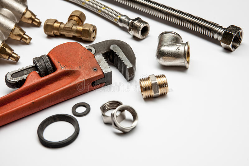 Εργαλεία και εξοπλισμός υδραυλικών στο άσπρο υπόβαθρο με το διάστημα αντιγράφων στοκ φωτογραφίες