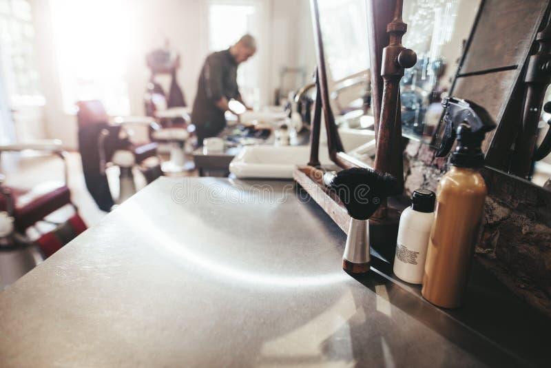 Εργαλεία κομμωτών στο μετρητή στο κατάστημα κουρέων στοκ εικόνα με δικαίωμα ελεύθερης χρήσης
