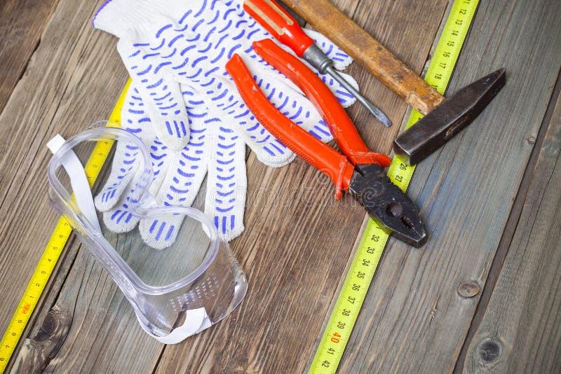 Εργαλεία κλειδαράδων - παλαιές πένσες, σφυρί, κατσαβίδι στοκ φωτογραφία