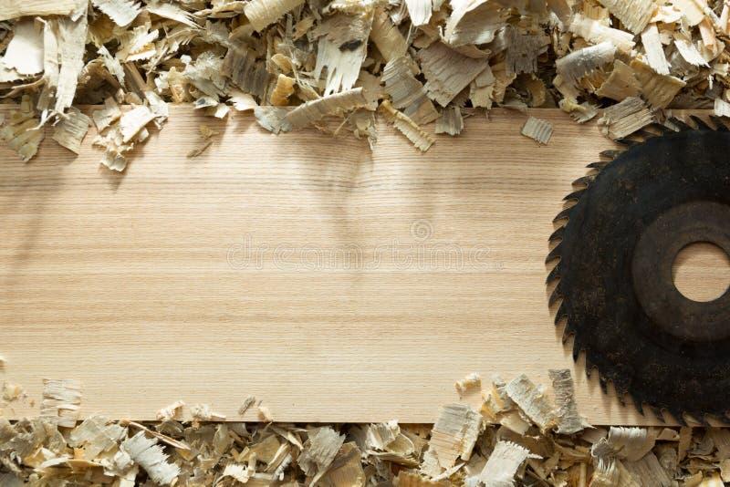 Εργαλεία ξυλουργών στον ξύλινο πίνακα με τη τοπ άποψη εργασιακών χώρων ξυλουργών πριονιδιού στοκ εικόνα με δικαίωμα ελεύθερης χρήσης