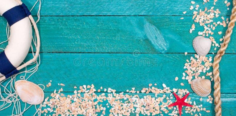 Εργαλεία παραλιών στο ξύλινο υπόβαθρο, καλοκαιρινές διακοπές στοκ φωτογραφίες με δικαίωμα ελεύθερης χρήσης