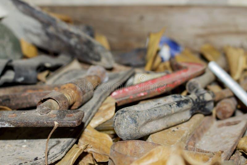 Εργαλεία που εγκαταλείπονται παλαιά Ταπετσαρία απορρίματος στοκ φωτογραφίες
