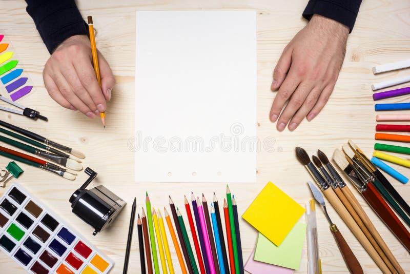 Εργαλεία σχεδίων και χέρια του καλλιτέχνη στοκ εικόνες με δικαίωμα ελεύθερης χρήσης