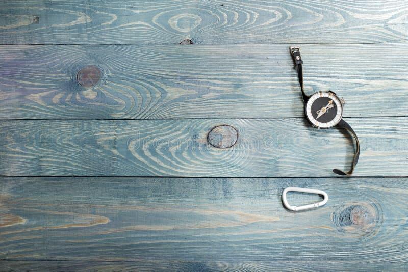 Εργαλείο στρατοπέδευσης στον αγροτικό ξύλινο πίνακα, σύνολο πεζοπορίας στοκ εικόνα με δικαίωμα ελεύθερης χρήσης