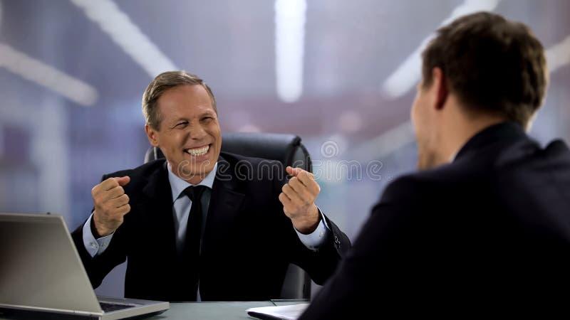 Εργοδότης και υπάλληλος που γελάνε και συζητούν χθες ποδοσφαιρικό αγώνα, διασκέδαση στοκ φωτογραφίες με δικαίωμα ελεύθερης χρήσης