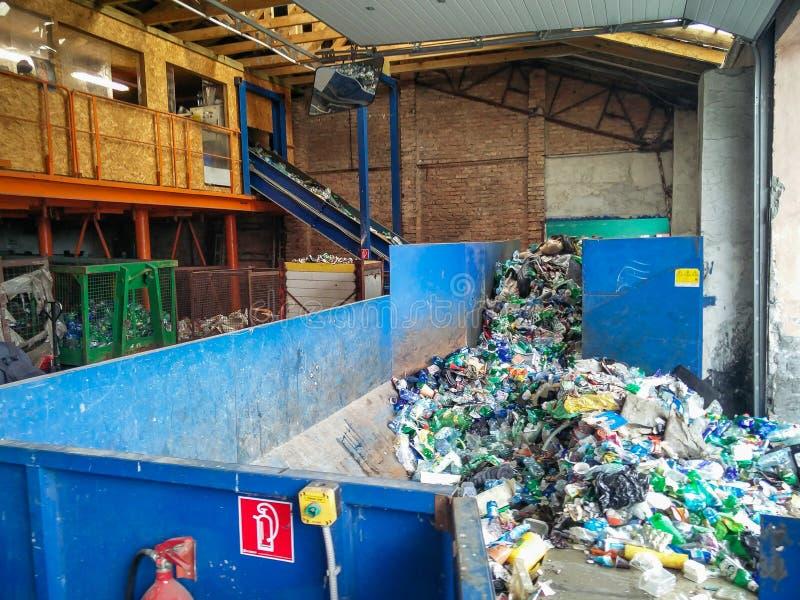Εργοστάσιο επεξεργασίας αποβλήτων Ανακύκλωση και αποθήκευση των αποβλήτων για την περαιτέρω διάθεση Χωριστή και ταξινομώντας συλλ στοκ φωτογραφία