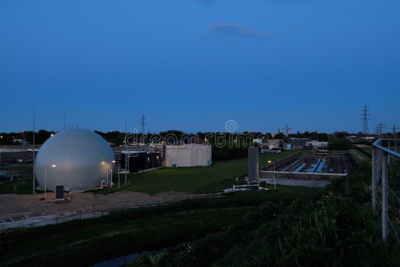 Εργοστάσιο επεξεργασίας λυμάτων στο σούρουπο, Hengelo στοκ εικόνες