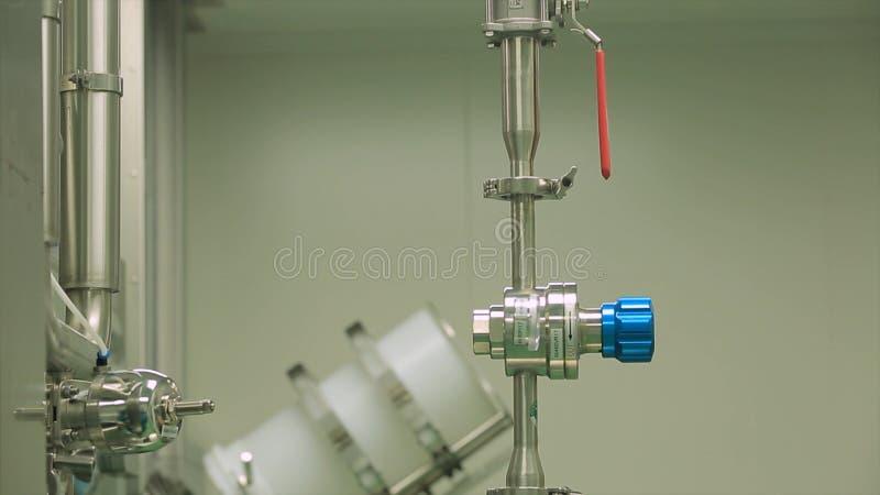 Εργοστάσιο με το φαρμακευτικό εξοπλισμό που αναμιγνύει τη δεξαμενή στη γραμμή παραγωγής στο εργοστάσιο κατασκευής βιομηχανίας φαρ στοκ εικόνα