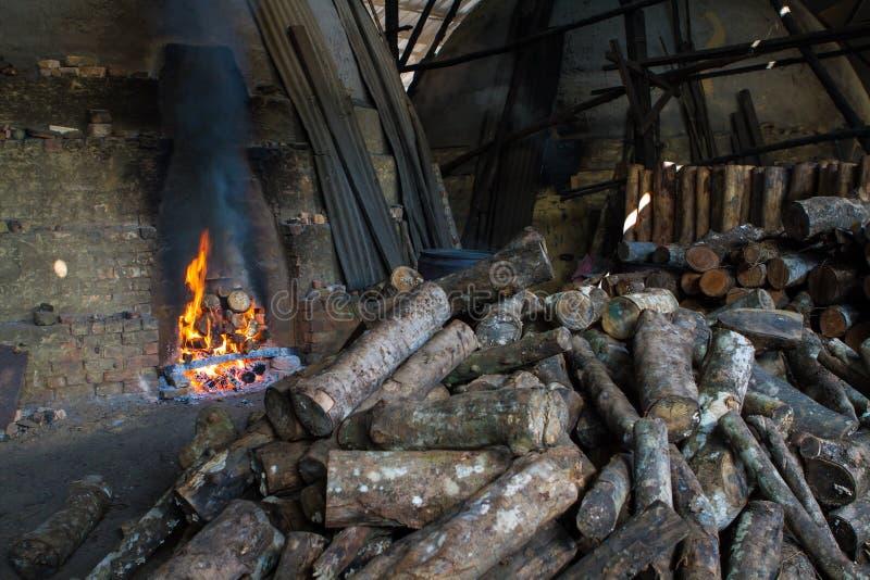 Εργοστάσιο ξυλάνθρακα στοκ εικόνα με δικαίωμα ελεύθερης χρήσης