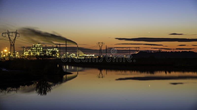 Εργοστάσιο στο ηλιοβασίλεμα στοκ φωτογραφία