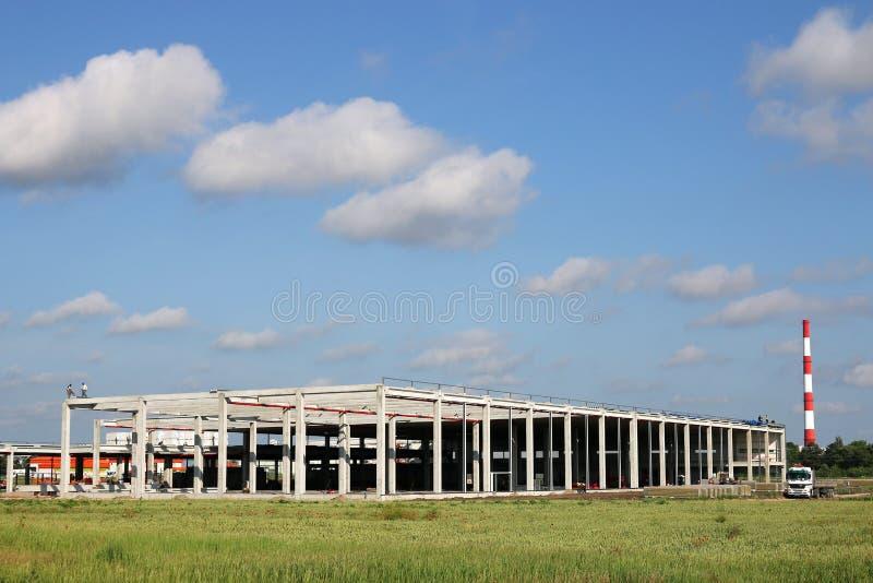 Εργοστάσιο στο πράσινο εργοτάξιο οικοδομής τομέων στοκ εικόνες