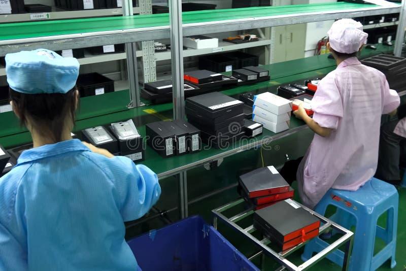 Εργοστάσιο Ulefone, συγκέντρωση και ποιοτικός έλεγχος των smartphones στοκ εικόνες
