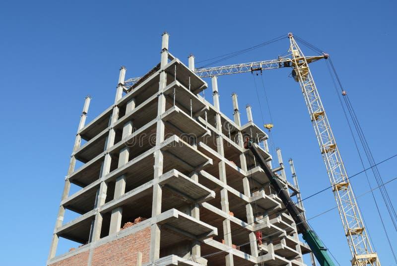 Εργοτάξιο οικοδομής γερανών Βιομηχανικές σκιαγραφίες γερανών και οικοδόμησης κατασκευής πέρα από το μπλε ουρανό στοκ εικόνες με δικαίωμα ελεύθερης χρήσης