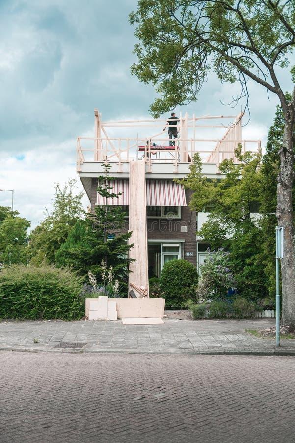 Εργοτάξιο οικοδομής, εργαζόμενοι στη στέγη στοκ φωτογραφία