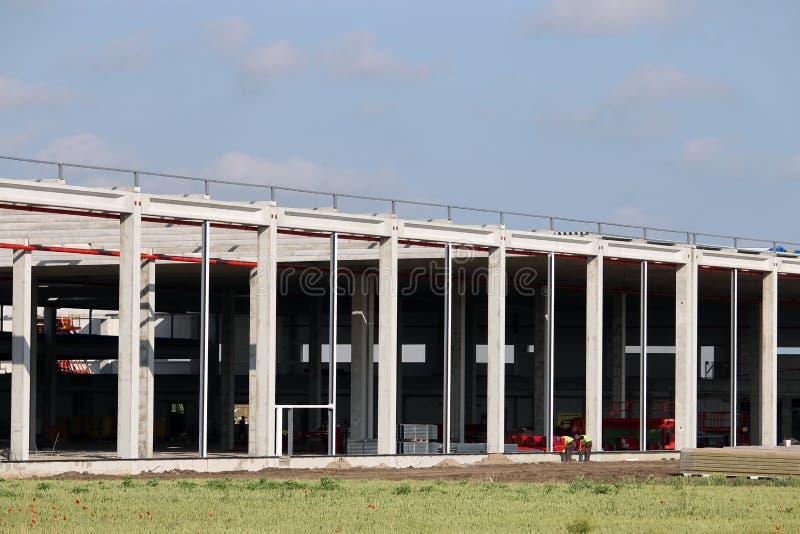 Εργοτάξιο οικοδομής εργοστασίων με τη ζώνη βιομηχανίας εργαζομένων στοκ εικόνες με δικαίωμα ελεύθερης χρήσης