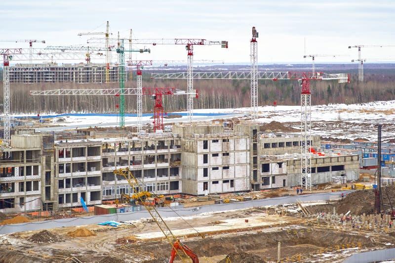 Εργοτάξιο οικοδομής, κατασκευή μεγάλου κατοικημένου ενός σύνθετου ενάντια σε ένα δάσος στοκ εικόνες με δικαίωμα ελεύθερης χρήσης