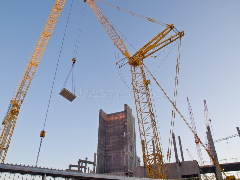 Εργοτάξιο οικοδομής με το ανυψωτικό φορτίο γερανών στοκ εικόνες με δικαίωμα ελεύθερης χρήσης