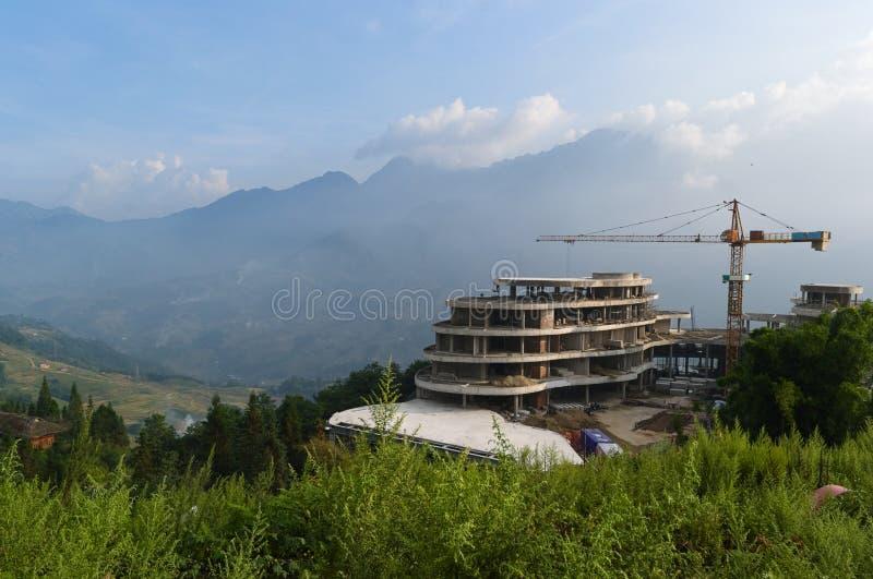 Εργοτάξιο οικοδομής με το γερανό Δραστηριότητα κτηρίου στα βουνά στοκ φωτογραφία με δικαίωμα ελεύθερης χρήσης