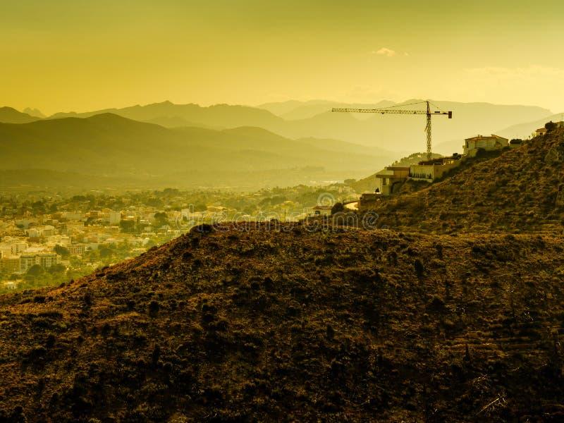 Εργοτάξιο οικοδομής με το γερανό Ισπανική ακτή στοκ φωτογραφίες με δικαίωμα ελεύθερης χρήσης