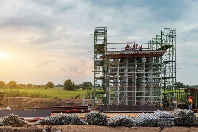 Εργοτάξιο οικοδομής του expessway στυλοβάτη και των υλικών σκαλωσιάς για τη δομή, ο πόλος υποδομής της εθνικής οδού στοκ εικόνα