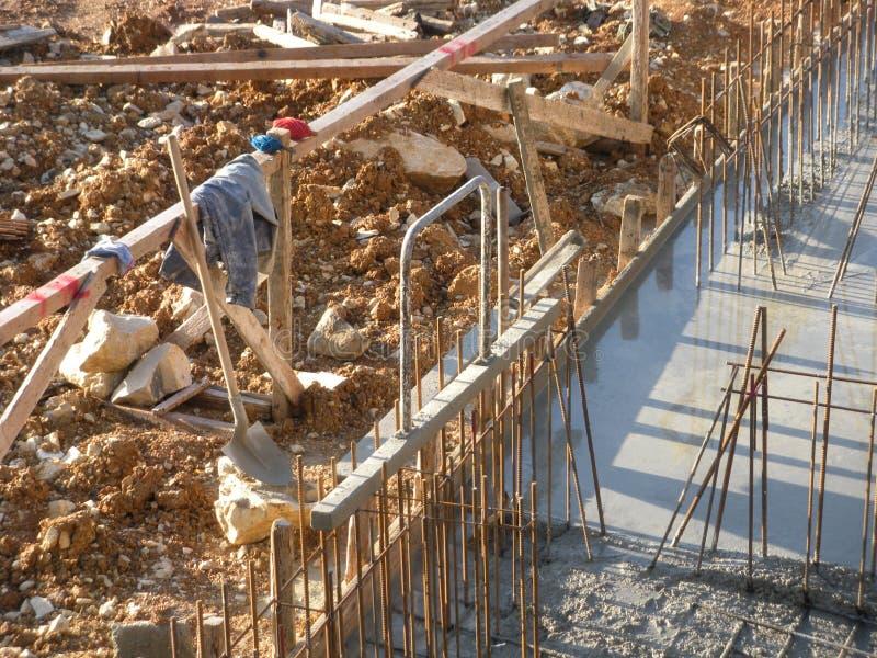 Εργοτάξιο οικοδομής με τα συγκεκριμένα εργαλεία στο τέλος της ημέρας στοκ εικόνα με δικαίωμα ελεύθερης χρήσης