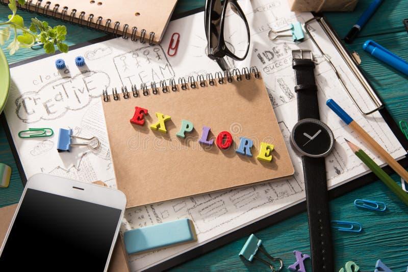 ερευνήστε την έννοια - επιγραφή στο γραφείο στοκ εικόνα με δικαίωμα ελεύθερης χρήσης