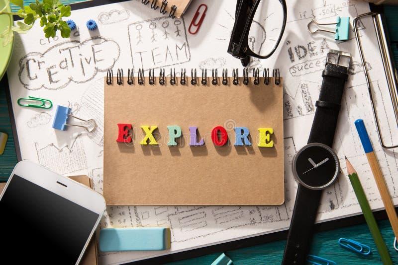 ερευνήστε την έννοια - επιγραφή στο γραφείο στοκ εικόνες με δικαίωμα ελεύθερης χρήσης