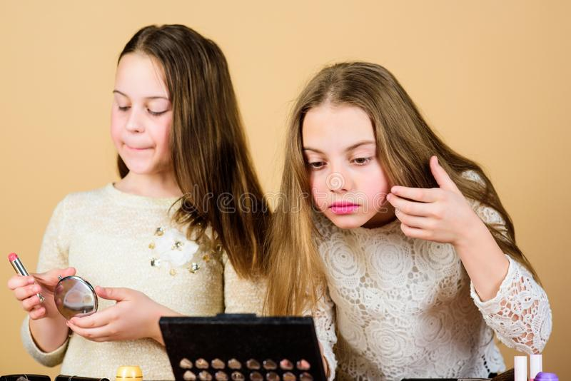Ερευνήστε moms την έννοια τσαντών καλλυντικών Σαλόνι και επεξεργασία ομορφιάς Τα μικρά κορίτσια παιδιών αποτελούν το πρόσωπο Κατά στοκ εικόνα