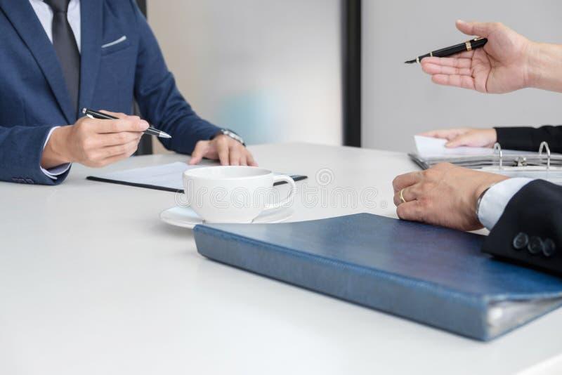 Ερευνητής ή πίνακας που διαβάζει μια περίληψη κατά τη διάρκεια μιας συνέντευξης εργασίας, Em στοκ εικόνες