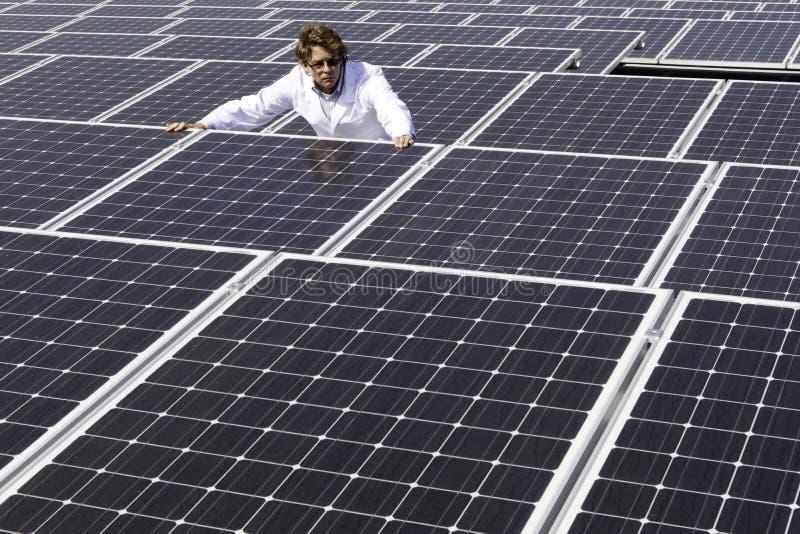 Ερευνώντας ηλιακά πλαίσια ατόμων στοκ φωτογραφία με δικαίωμα ελεύθερης χρήσης