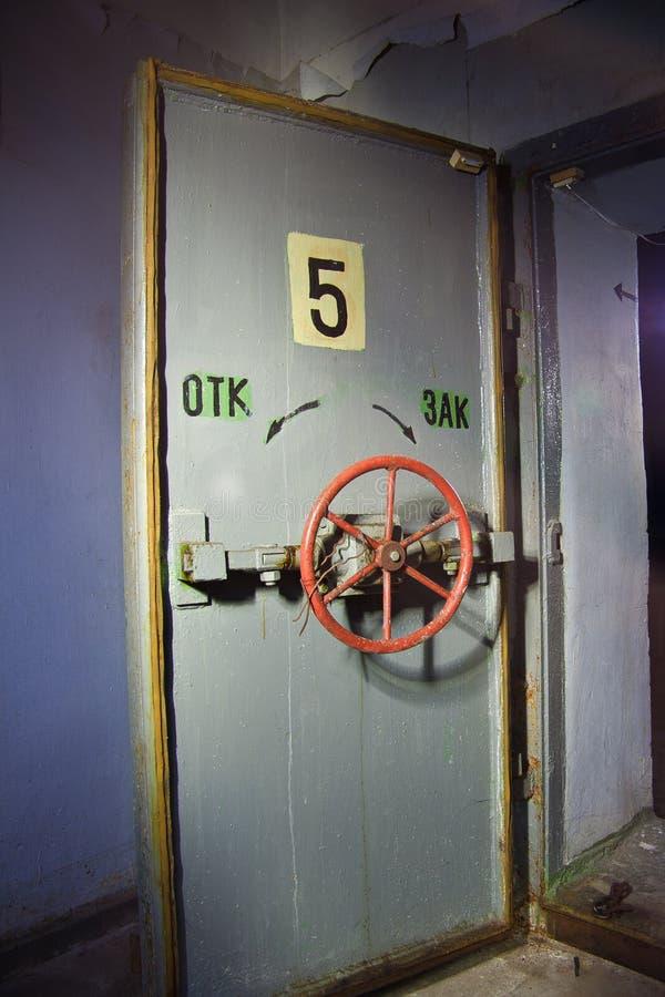 Ερμητική πόρτα ενός εγκαταλειμμένου σοβιετικού καταφυγίου βομβών, μια ηχώ του Ψυχρού Πολέμου στοκ εικόνα με δικαίωμα ελεύθερης χρήσης