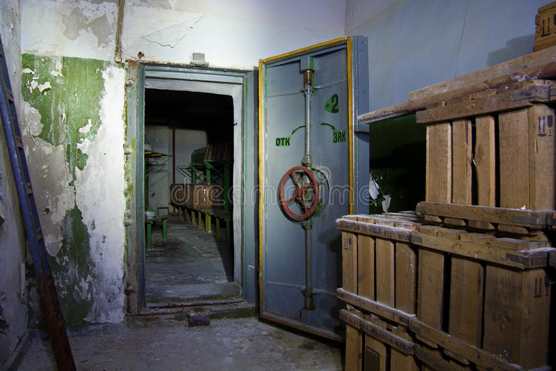 Ερμητική πόρτα ενός εγκαταλειμμένου σοβιετικού καταφυγίου βομβών, μια ηχώ του Ψυχρού Πολέμου στοκ εικόνες