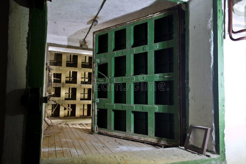 Ερμητική πόρτα ενός εγκαταλειμμένου σοβιετικού καταφυγίου βομβών, μια ηχώ του Ψυχρού Πολέμου στοκ εικόνα